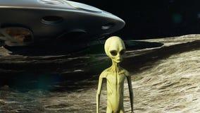 月亮的一个外籍人在他的太空飞船旁边观看地球的 飞碟的一个未来派概念 影视素材