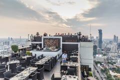 月亮酒吧-其中一个曼谷` s最佳的屋顶酒吧 免版税库存照片