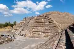 月亮金字塔和其他古老废墟在特奥蒂瓦坎在墨西哥 免版税图库摄影