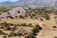月亮金字塔和风景在特奥蒂瓦坎,墨西哥 免版税图库摄影