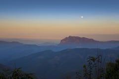 月亮,蓝色和橙色天空 免版税库存照片