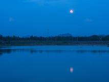 月亮` s阴影在盐水湖 库存图片