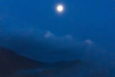 月光在山的晚上,被弄脏 免版税库存照片