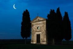 月光托斯卡纳教堂 库存图片