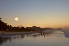 月出和日落在海滩 免版税图库摄影