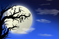 满月和棒在树与深蓝天空 免版税库存照片