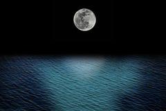 满月和浪潮 库存图片