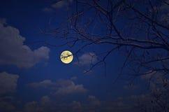 满月和白色云彩在蓝天夜 库存照片