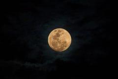 满月和黑暗的云彩 免版税库存图片