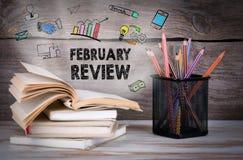 2月回顾,企业概念 堆书和铅笔在木桌上 免版税库存图片