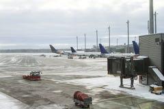 2月在挪威机场,飞机的服务在飞行前的 库存图片