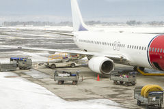 2月在挪威机场,飞机的服务在飞行前的 图库摄影