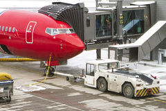 2月在挪威机场,飞机的服务在飞行前的 免版税库存照片
