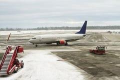 2月在挪威机场,飞机的服务在飞行前的 免版税图库摄影