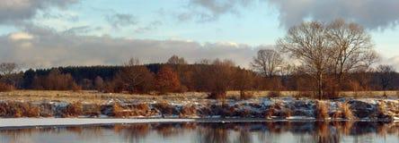12月在河的冬日 免版税库存照片