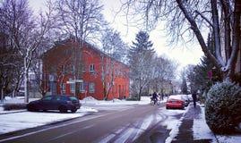 12月在镇,与雪的车道里 库存图片