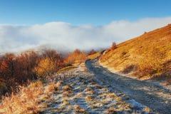 10月山脉在第一个冬日 库存图片