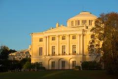 10月微明关闭的Pavlovsk宫殿 圣彼得堡近处 免版税库存图片