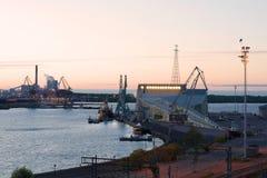 6月微明在海中心Vellamo 城市芬兰kotka横向公园岩石sapokka视图 库存照片