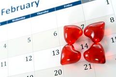 2月指示情人节的日历页和一点红色心脏 库存图片
