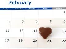 2月日历页与一个心脏巧克力标号情人节 免版税库存图片