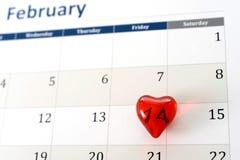 2月日历页和一点红色心脏标号情人节 免版税库存图片