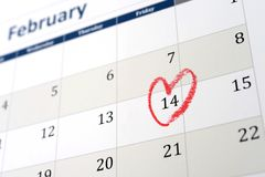 2月日历页和一点红色心脏标号情人节 免版税库存照片