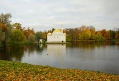 10月早晨在凯瑟琳公园在Tsarskoe Selo 库存图片