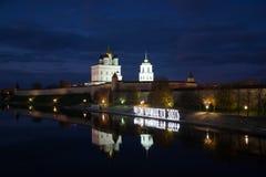 10月晚上在普斯克夫克里姆林宫 免版税库存照片