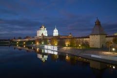 10月晚上在普斯克夫克里姆林宫 库存图片