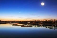 满月晚上海景日落 库存图片