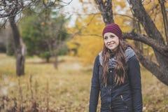 11月月的下降时间的秋天妇女 免版税图库摄影