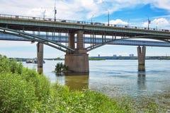 10月横跨鄂毕河的前公共事业桥梁 新西伯利亚 库存图片