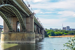 10月横跨鄂毕河的前公共事业桥梁 新西伯利亚 库存照片