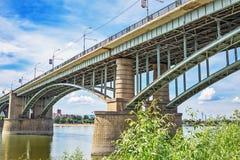 10月横跨鄂毕河的前公共事业桥梁 新西伯利亚 图库摄影