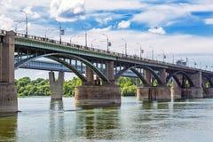 10月横跨鄂毕河的前公共事业桥梁 新西伯利亚 免版税库存照片
