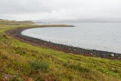 月牙形的多岩石的海滩在斯凯岛,苏格兰 免版税图库摄影