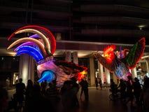 月球灯笼'雄鸡的是雄鸡的黄道带标志从在环形码头的黄昏将被照亮由艺术家西蒙妮Chua 免版税图库摄影