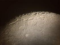 月球表面和火山口 免版税库存图片