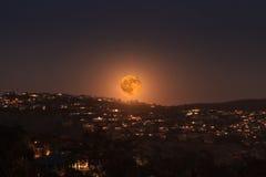 满月的月出在拉古纳海滩海岸线的  免版税库存照片