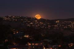 满月的月出在拉古纳海滩海岸线的  图库摄影