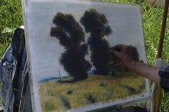 2017年7月16日的俄罗斯- usolye :有刷子在手中油漆的