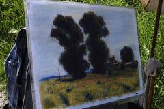 7月的16日俄罗斯- Usolye :绘画画架掠过油漆蜡笔 库存图片