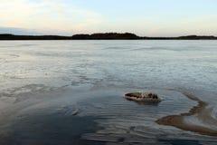 12月的冻湖 库存图片