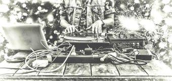 3月第9 世界天DJ 演奏音乐的DJ在搅拌器特写镜头 遥控的DJ在夜总会,在秘密政党或在海滩o 库存图片