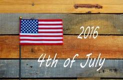 2016年7月第4,在板台木头的美国国旗 免版税库存照片