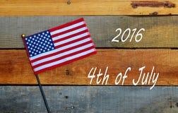 2016年7月第4,在板台木头的美国国旗 图库摄影