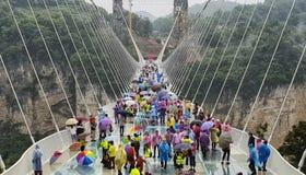 5月第30 :走和拍照片的游人在一个雨天在玻璃桥梁大峡谷,武陵源,张家界Nationa 免版税库存照片