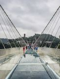 5月第30 :走和拍照片的游人在一个雨天在玻璃桥梁大峡谷,武陵源,张家界Nationa 库存图片