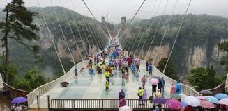 5月第30 :走和拍照片的游人在一个雨天在玻璃桥梁大峡谷,武陵源,张家界Nationa 图库摄影